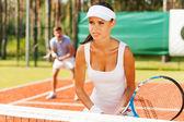 Vrouw tennisracket houden en weg op zoek — Stockfoto
