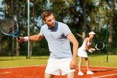 Man houden tennisracket en op zoek weg — Stockfoto