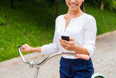Vrouw bedrijf mobiele telefoon — Stockfoto