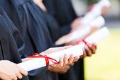 Graduados com diplomas — Fotografia Stock