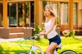 Woman riding her bicycle outdoors — Foto de Stock