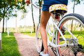 Kobieta jazdy rowerem w parku — Zdjęcie stockowe
