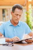 Mogen man arbetar med digital tablet — Stockfoto