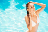 Woman in white bikini standing at the pool — Photo