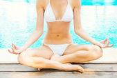 медитации у бассейна. — Стоковое фото