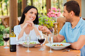 Couple talking and smiling in outdoors restaurant — Stockfoto