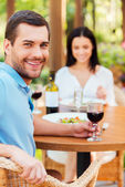Couple relaxing in outdoors restaurant — Stock Photo