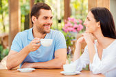 Couple drinking coffee in outdoors cafe — Stock Photo