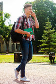 学生の携帯電話で話していると歩く — ストック写真