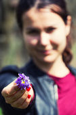 Handing small bouquet — Stock Photo