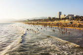 Crowded Santa Monica beach at sunset — 图库照片