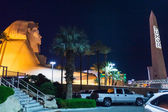 Egyptian decorative elements in front of Luxor Hotel from Las Vegas — Stock Photo