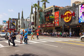 Tourists crossing the street in Hollywood — Stockfoto