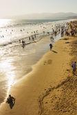 Persone che camminano sulla spiaggia di santa monica — Foto Stock
