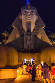 People using the Sphinx entrance of a famous hotel in Las Vegas — Stock Photo