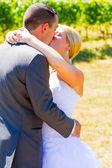 Panna młoda i pan młody romantyczny pocałunek — Zdjęcie stockowe
