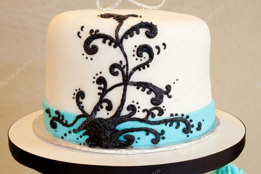 Pasteles De Boda Creativos: Un Pastel De Boda Moderno Con Diseño Blanco Y Negro Y