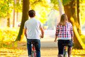 Andar de bicicleta juntos — Fotografia Stock