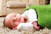 Niño recién nacido durmiendo — Foto de Stock