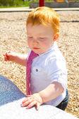Babyjongen op speelplaats — Stockfoto