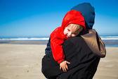 Zmęczony dziecko na wybrzeżu — Zdjęcie stockowe