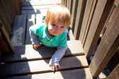 Parco giochi arrampicata ragazzo — Foto Stock