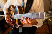 在婚礼上的吉他手 — 图库照片