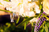 Wedding Rings and Flowers — Stockfoto
