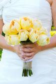 Невеста, держа букет цветов — Стоковое фото