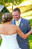 Невеста жених первый взгляд — Стоковое фото