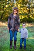 Matka i syn na zewnątrz — Zdjęcie stockowe