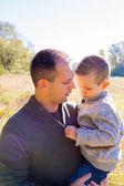 Ojciec i syn na zewnątrz — Zdjęcie stockowe