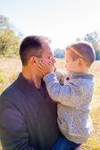 Père et fils à l'extérieur — Photo