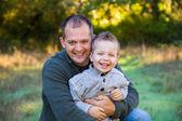 Vater und sohn im freien — Stockfoto