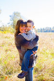 Mutter und sohn im freien — Stockfoto