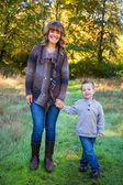 Madre e hijo al aire libre — Foto de Stock