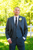 Hübscher bräutigam porträt am hochzeitstag — Stockfoto