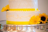 White and Yellow Wedding Reception Cake — Stock Photo