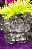 结婚戒指和鲜花 — 图库照片