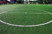 Fotbalový míč na fotbalovém hřišti — Stock fotografie