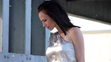 молодая красивая девушка позирует на камеру — Стоковое видео
