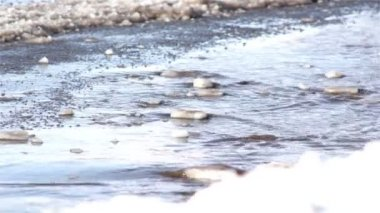 Melting snow flowing down the road, spring road, springtime — Stock Video