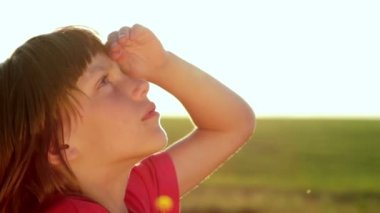 Boy looks at the sky, the boy closely watching the sky — Stock Video