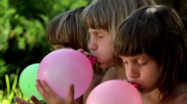 Boys inflates the balloons — Video Stock