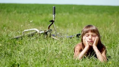 Boy resting in a field, boy daydreaming in a field alone,boy resting in a field — Stock Video