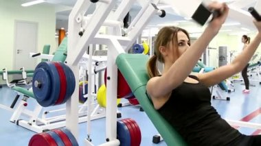 Daily Gym Work Out Routine- Young Woman, close-up — Stock video