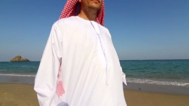 Arabian man,on the beach.Arab man walks along the sea — Wideo stockowe
