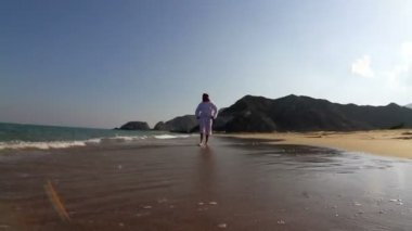 Arabian man,on the beach.Arab man walks along the sea — Stock Video
