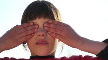 Niño muestra emoción ante las cámaras, chico mira a la cámara (emoción) — Vídeo de Stock