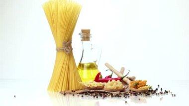 Italienische Spaghetti, italienische Pasta Zutaten — Stockvideo
